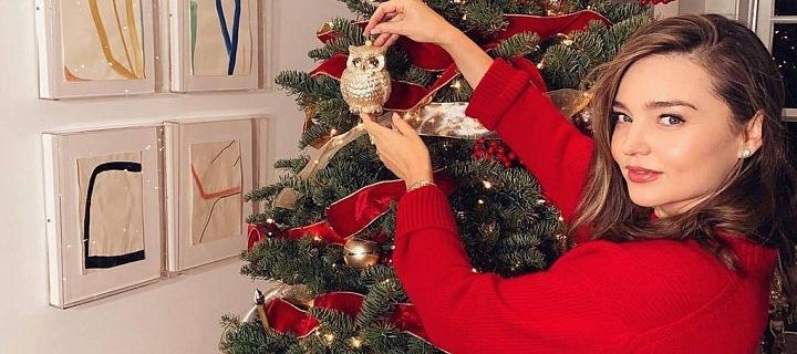 Miranda Kerr u vánočního stromku