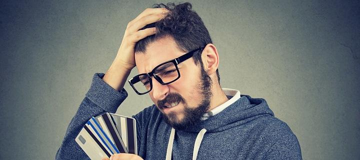 Muž držící kreditní karty