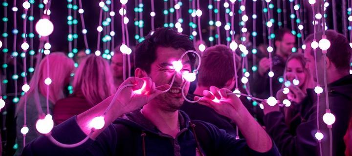 Muž s žárovkami