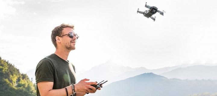 Muž s letícím dronem