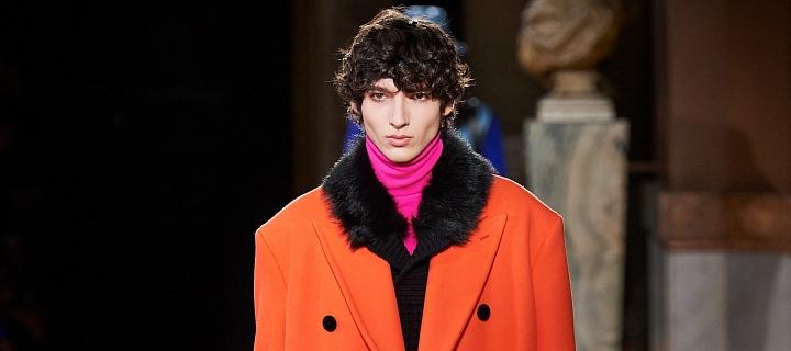 Muž v červeném kabátu Berluti