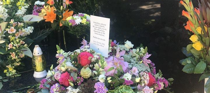 Hrobu dominuje dopis od rodiny.