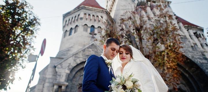 Novomanželé před kostelem.