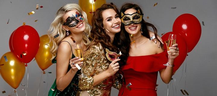 Tři oslavující veselé dívky.