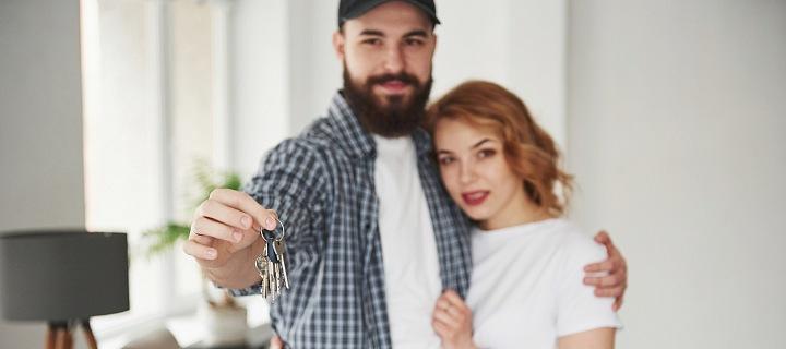 Pár s klíčemi od bytu