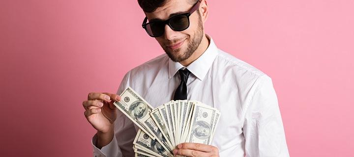 """""""Cool"""" muž ve slunečních brýlích s penězi v ruce"""