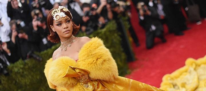 Rihanna ve žlutých šatech