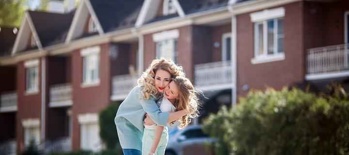 Matka s dcerou na ulici před řadovými domky