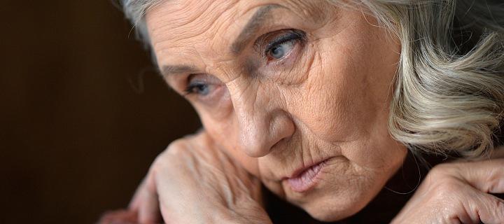 Stará žena, smutná a znavená