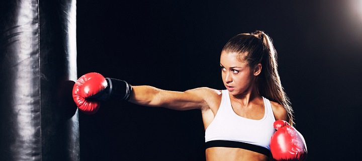 Žena sportovkyně a boxovací pytel