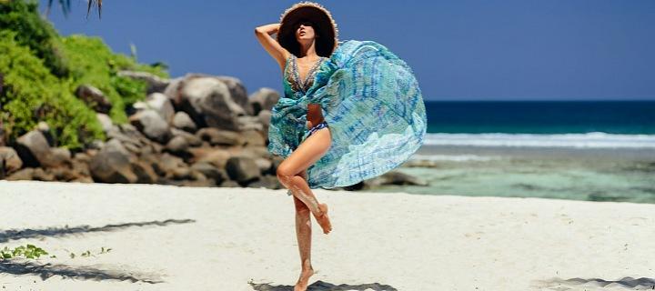 Krásná žena v modrém užívající si ráj opuštěného ostrova