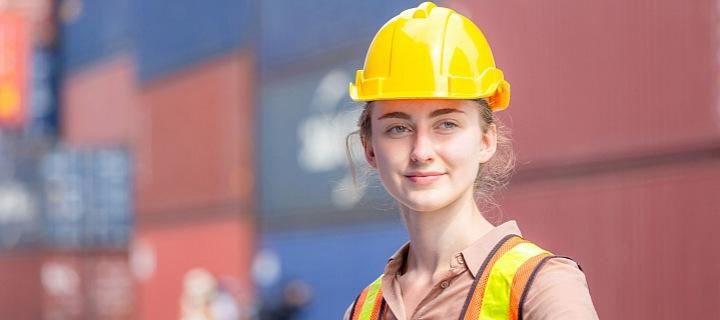 Lena v helmě pracující ve skladu