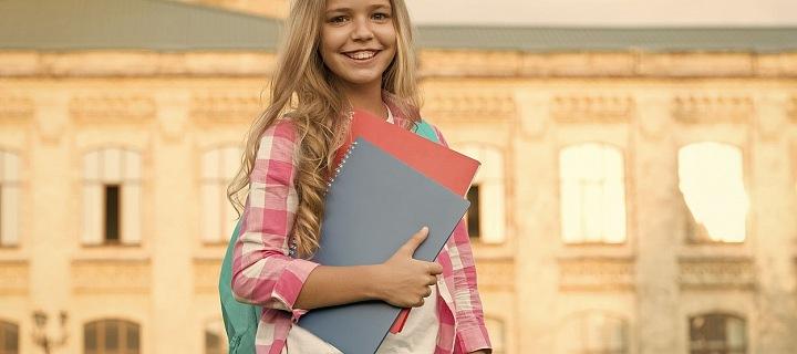 Mladá dívka studentka stojící před muzeem