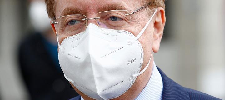 Petr Arenberger v respirátoru