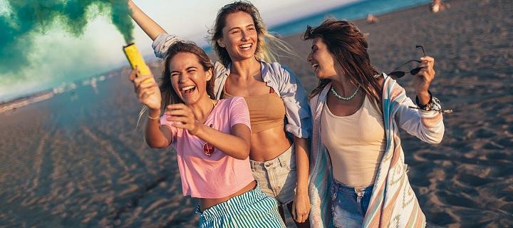 Tři kamarádky se baví na pláži