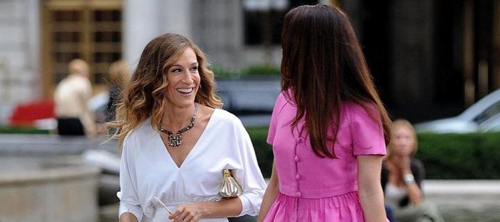 Sarah Jessica Parker v bílých šatech a Kristin Davis v růžových šatech