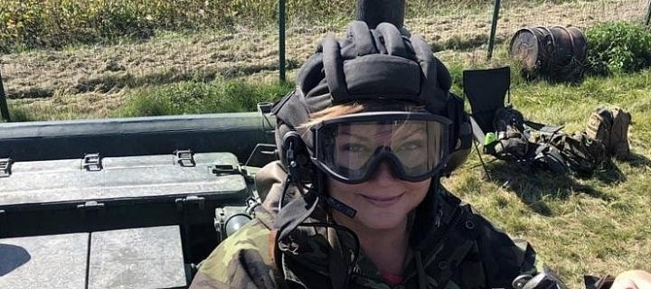 Ministryně financí Alena Schillerová vyzkoušela jízdu v tanku