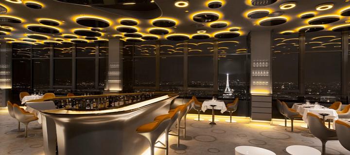 Interiér restaurace Restaurace Le Ciel de Paris s výhledem na celou Paříž.