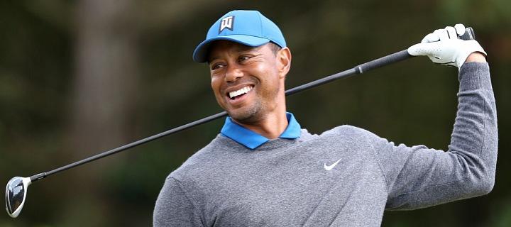 Tiger Woods v šedém svetru