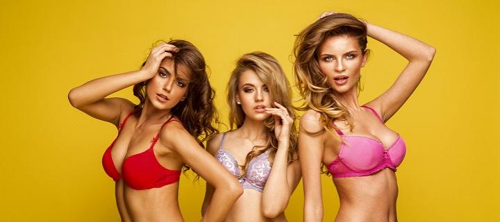 Tři sexy ženy ve spodním prádle.