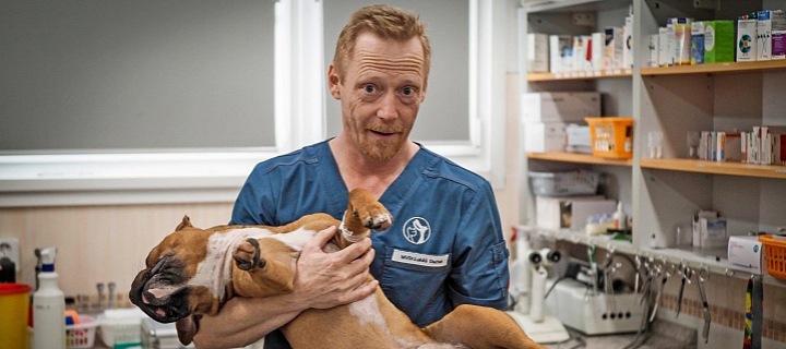 Veterinář Lukáš Duchek se psem.