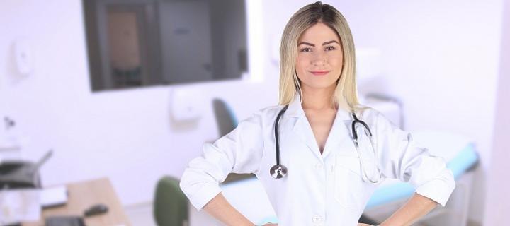 Lékařka asijského původu