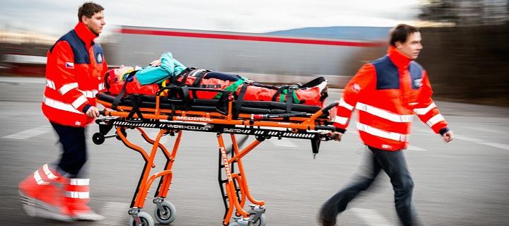 Záchranáři vezou pacienta.
