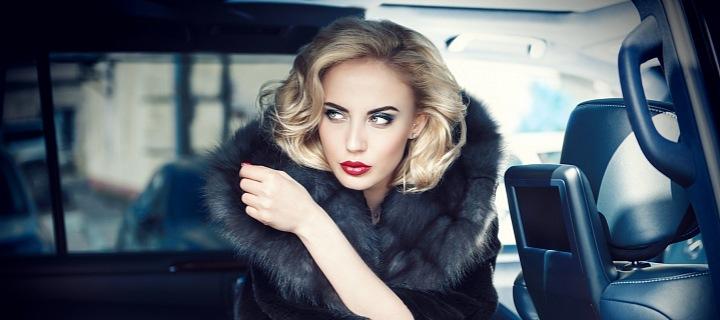 Luxusní vůz a ženská krása