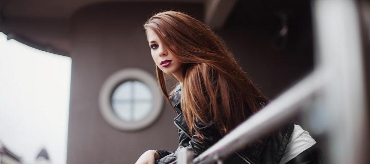 Žena z balkónu pozoruje město