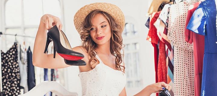 Žena nakupuje boty.