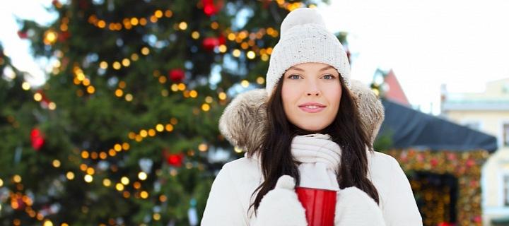 Žena s vánočním stromkem v pozadí
