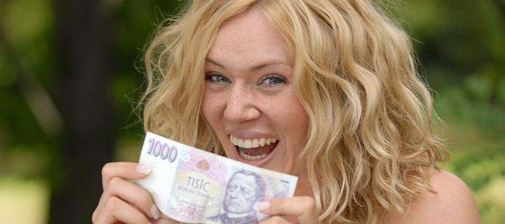 Žena držící bankovku