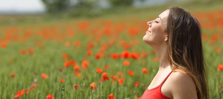 Žena dýchající čerstvý vzduch.