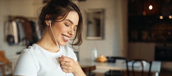 Žena má na sobě sluchátka.