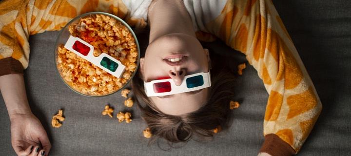 Žena na gauči s popcornem