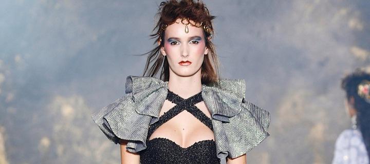 Žena na přehlídce Viktor & Rolf couture SS2021
