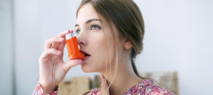 Žena s inhalačním přístrojem