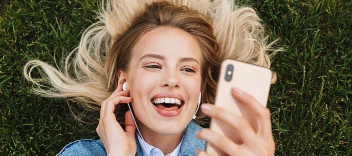 Žena s chytrým telefonem iPhoneX
