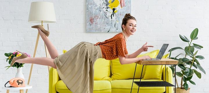 Žena u počítače a v pozadí žlutá pohovka