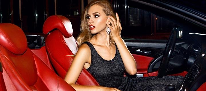 Žena v luxusním autě.