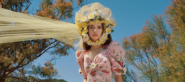 Žena v květinových šatech Rodarte na louce
