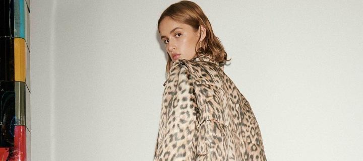 Žena v leopardím topu a černých kalhotách Victoria Beckam