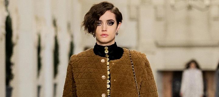 Žena v modelu Chanel