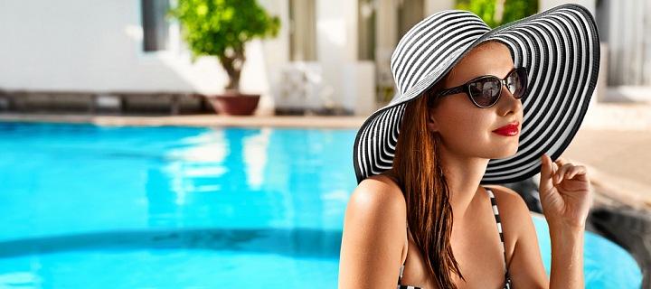 Žena v bazénu.