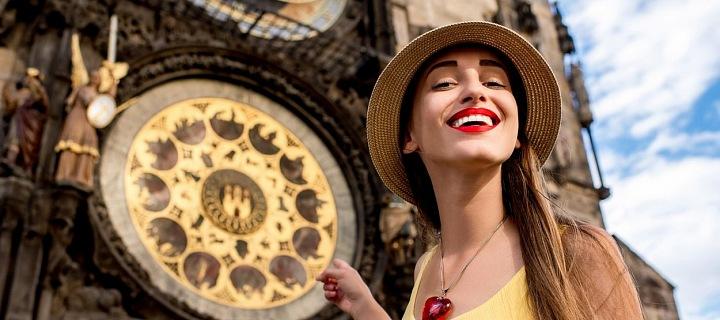 Žena ve žlutém tílku před staroměstským orlojem