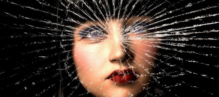 Žena za rozbitým sklem.