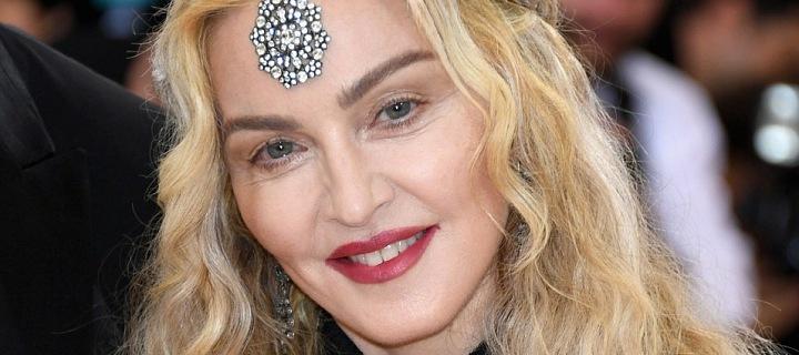 Zpěvačka Madonna s ozdobou na čele