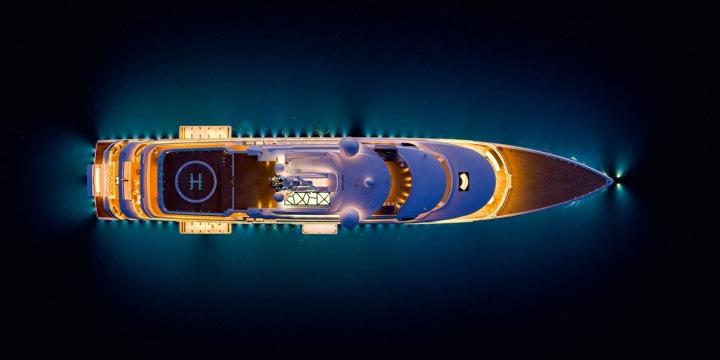 Noční pohled na zářivou jachtu