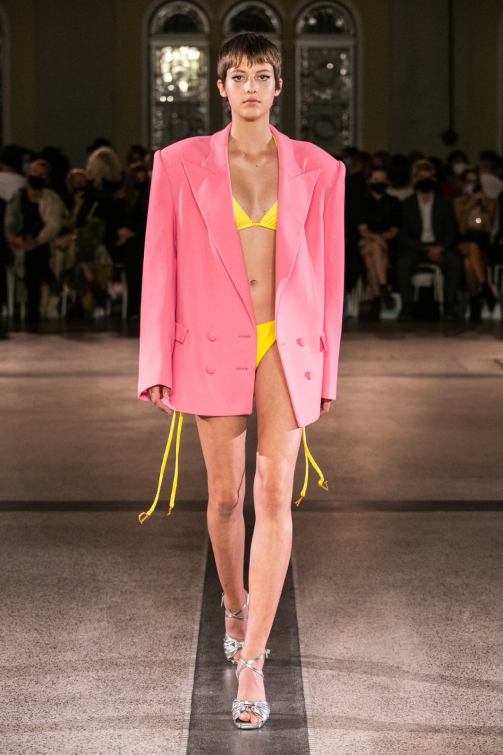 Modelka má na sobě růžové sako a žluté plavky od Vandy Jandy