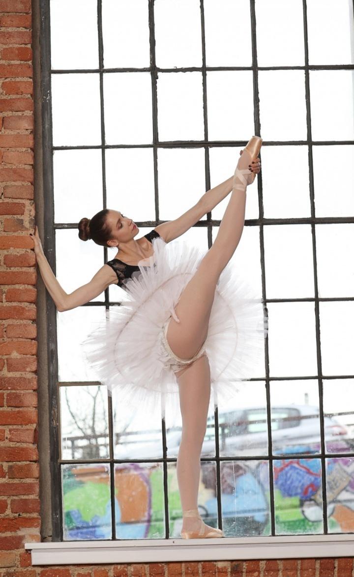 Baletka v okně staré továrny